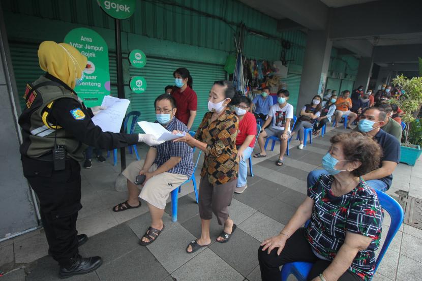 Warga antre mengikuti vaksinasi COVID-19 di Surabaya, Jawa Timur