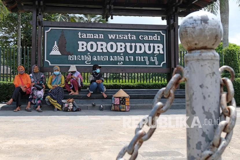 Sebagian pengunjung Candi Borobudur di Kabupaten Magelang, Jawa Tengah, belum menyiapkan aplikasi PeduliLindungi sebagai syarat masuk di objek wisata tersebut. (Foto: Pintu masuk Taman WIsata Candi (TWC) Borobudur)