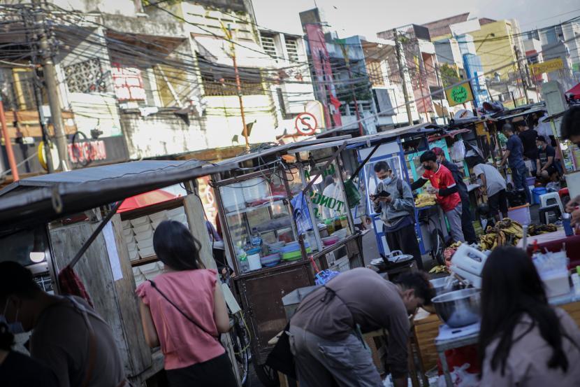 Sejumlah pedagang kaki lima (PKL) berjualan. ilustrasi