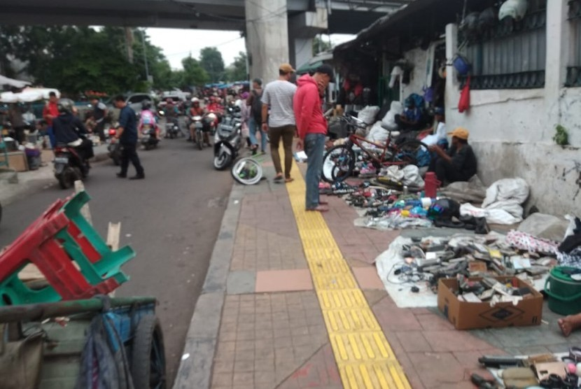 Sejumlah Pedagang Kaki Lima (PKL) di sekitar kawasan Stasiun Kebayoran,  Jakarta Selatan, Rabu (15/5).
