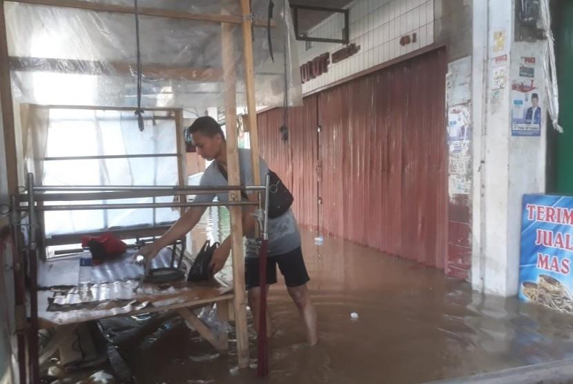Sejumlah pedagang kaki lima (PKL) yang menggelar lapak di depan toko-toko di pasar Dayeuhkolot terpaksa tidak berjualan. Akibat terendam banjir, Senin (8/4).