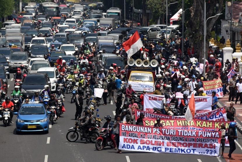 Sejumlah pedagang lama Pasar Turi membentangkan spanduk dan poster saat berunjuk rasa di Surabaya, Jawa Timur, Rabu (16/3).