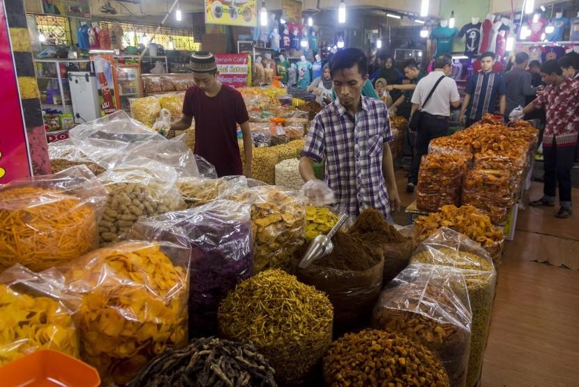 Sejumlah pedagang menata aneka makanan ringan di Pasar Bawah, Pekanbaru, Riau, Jumat (27/7). Pasar Bawah merupakan salah satu destinasi, khususnya untuk wisata belanja kuliner khas tradisional di Kota Pekanbaru