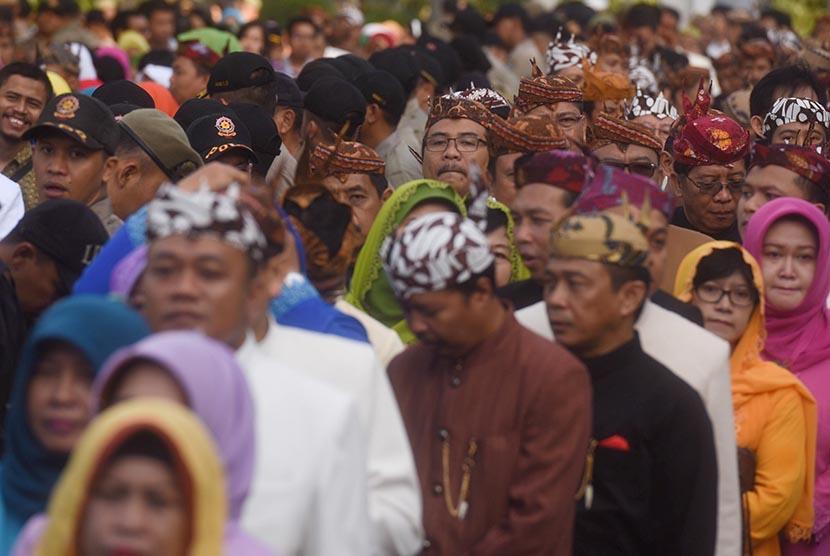 Sejumlah pegawai antre untuk bersalaman dengan Walikota Surabaya Tri Rismaharini ketika halal bihalal di Balaikota Surabaya, Jawa Timur, Rabu (22/7).   (Antara/Zabur Karuru)