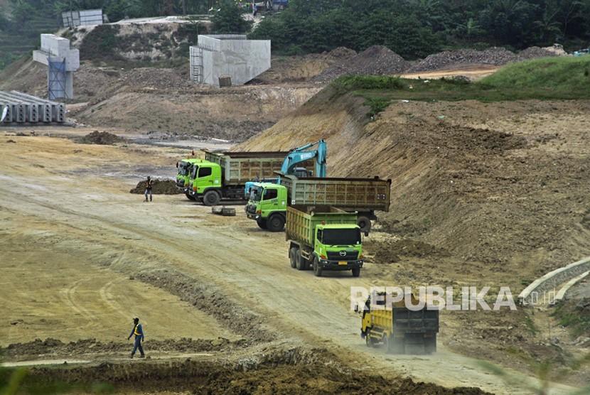 Sejumlah pekerja beraktivitas di area proyek pembangunan Jalan Tol Serang-Panimbang di Kampung Landak, Petir, Serang, Banten, Senin (8/7/2019).