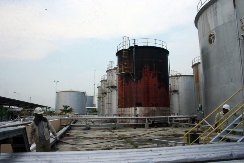Sejumlah pekerja di kilang minyak mini yang dikelola PT Tri Wahana Universal (TWU) di Kabupaten Bojonegoro, Jawa Timur, Kamis (10/3).