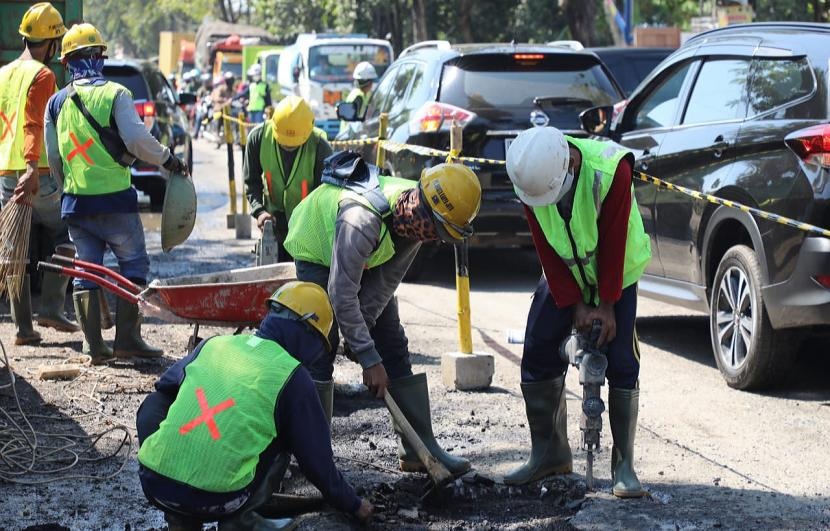 Sejumlah pekerja melaksanakan proses pengerjaan fisik pembangunan flyover Ganefo, di Kecamatan Mranggen, Kabupaten Demak, Selasa (20/4).
