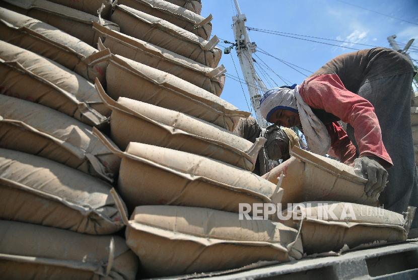 Sejumlah pekerja melakukan bongkar muat semen di Pelabuhan Sunda Kelapa Jakarta. (ilustrasi)