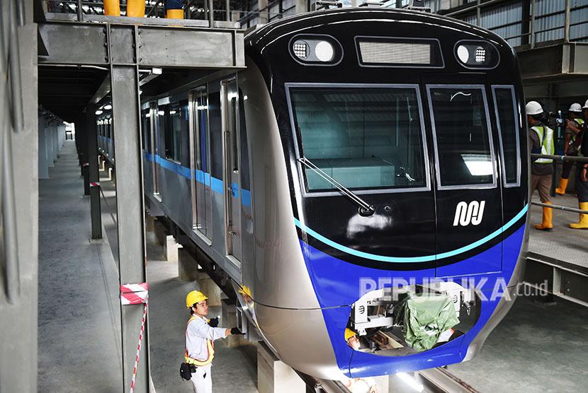 Sejumlah pekerja melakukan perawatan rangkaian kereta MRT di Depo MRT Lebak Bulus, Jakarta, Kamis (26/4).
