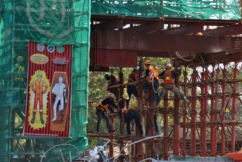Sejumlah pekerja melakukan perbaikan di salah satu tiang penyangga yang ambruk pada proyek pembangunan jalan tol Bogor Outer Ring Road (BORR) Seksi III A Simpang Yasmin-Semplak di Jalan Raya KH Sholeh Iskandar, Tanahsareal, Kota Bogor, Jawa Barat, Kamis (11/7/2019).