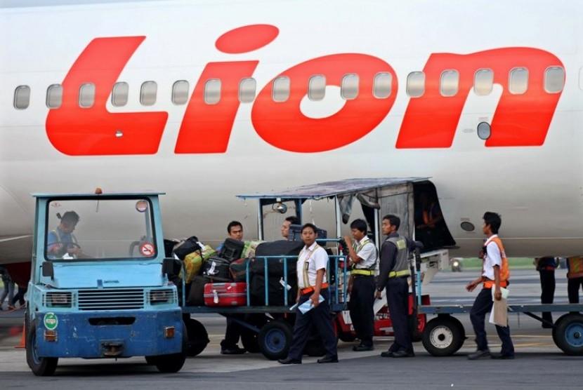 Sejumlah pekerja memasukkan tas para penumpang ke dalam bagasi pesawat Lion Air. ilustrasi