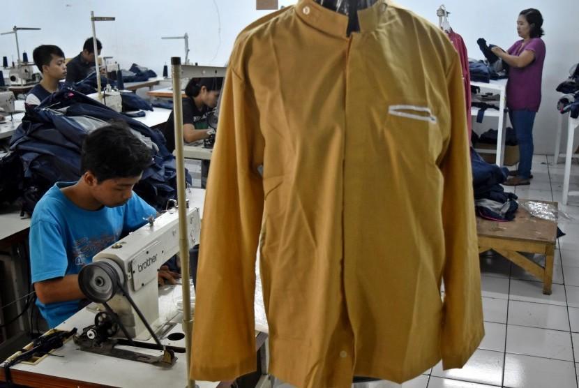 Sejumlah pekerja membuat pakaian koko di sebuah pabrik garmen di Kabupaten Semarang, Jawa Tengah.
