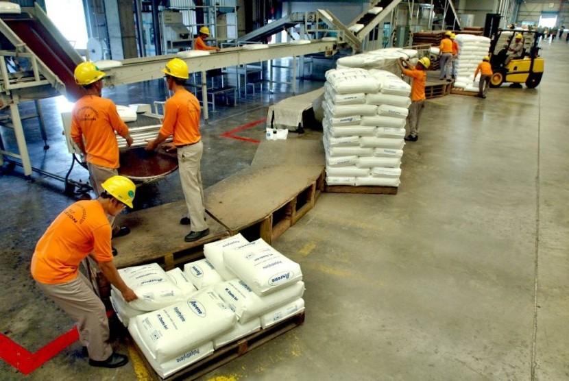 Sejumlah pekerja menata karung berisi polypropylene (bahan dasar pembuat plastik) PT Chandra Asri di Kawasan Industri Cilegon, Banten.
