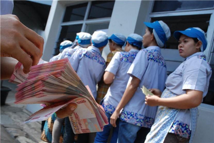 Sejumlah pekerja mengantri saat pembagian Tunjangan Hari Raya/THR. (ilustrasi)
