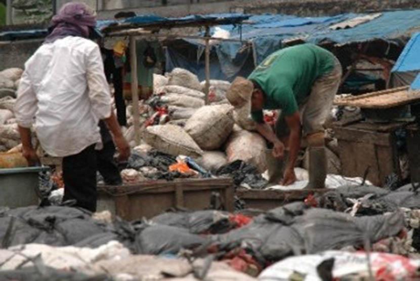 Sejumlah pekerja mengemas sampah-sampah plastik di kawasan Tempat Pengolahan Sampah Terpadu (TPST) Bantargebang, Kota Bekasi, Jawa Barat.
