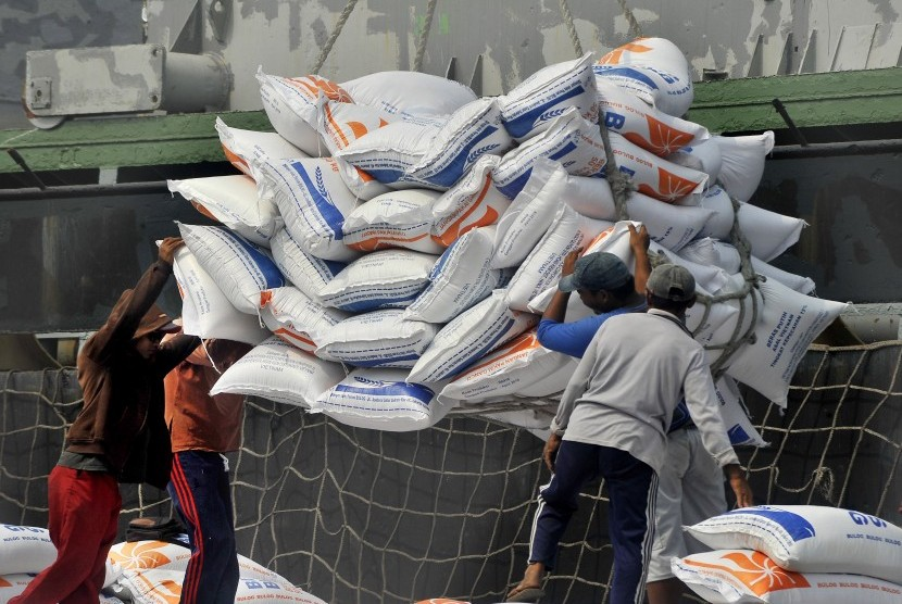 Sejumlah pekerja menurunkan beras impor asal Vietnam dari kapal di Pelabuhan Indah Kiat, di Merak, Cilegon, Banten, Selasa (10/7).