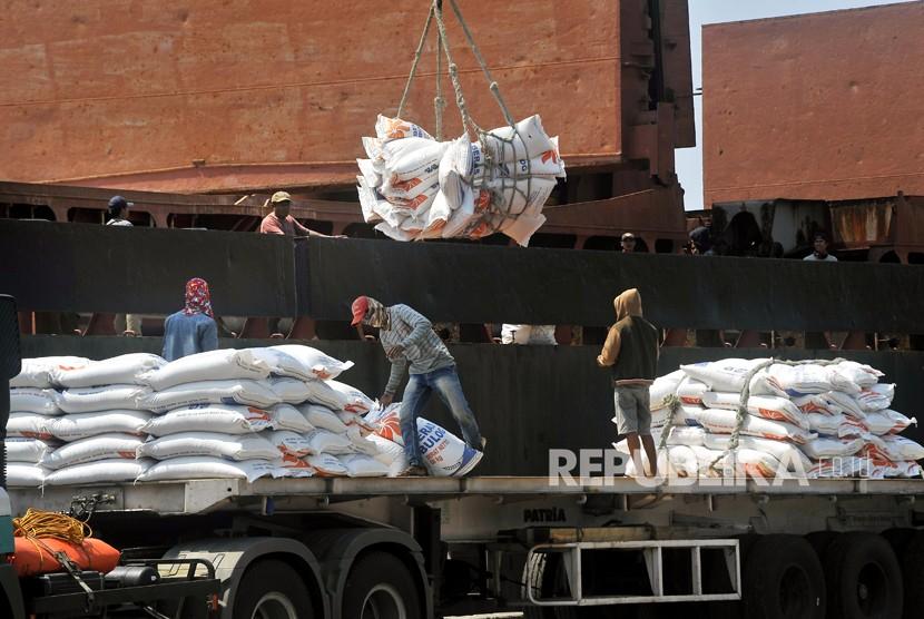 Sejumlah pekerja menurunkan beras impor asal Vietnam milik Perum Bulog di Pelabuhan Indah Kiat Merak, Cilegon, Banten.