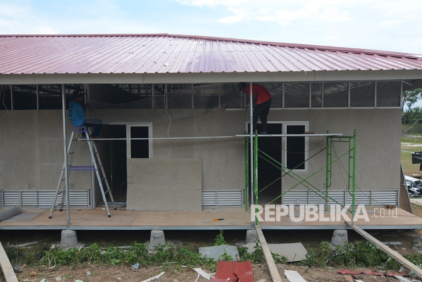 Sejumlah pekerja menyelesaikan pembangunan Hunian Sementara (Huntara) Kementerian PUPR di Kelurahan Duyu,Palu, Sulawesi Tengah, Kamis (1/11/2018).