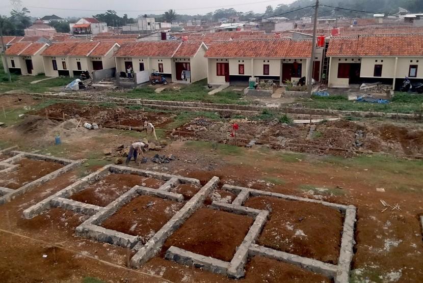Sejumlah pekerja menyelesaikan pembangunan perumahan bersubsidi di Bogor, Jawa Barat, Sabtu (19/1/2019).