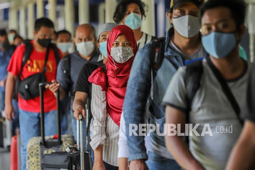 Sejumlah Pekerja Migran Indonesia (PMI) antre untuk melakukan pengecekan dokumen perjalanan di Pelabuhan Internasional Batam Centre, Batam, Kepulauan Riau. (ilustrasi)