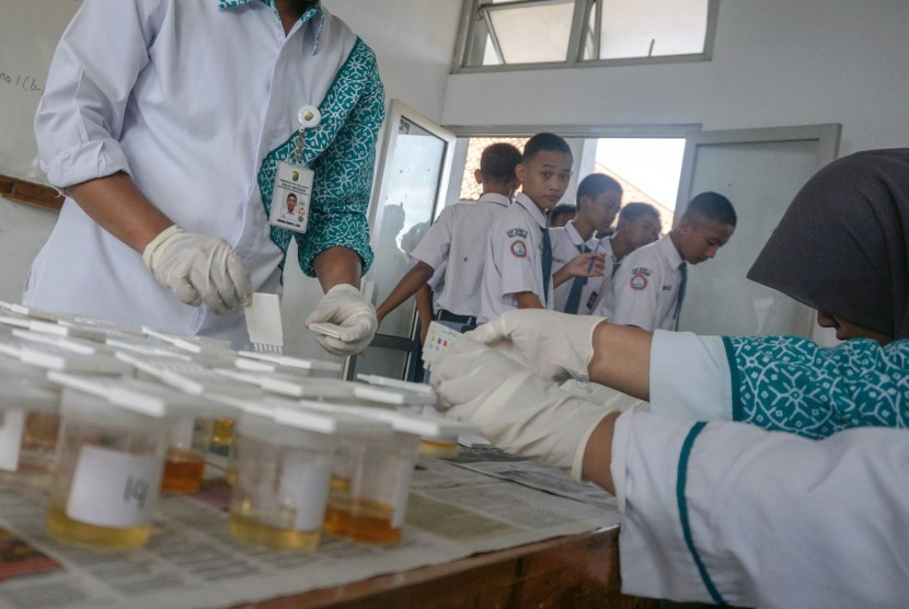 Sejumlah pelajar antre megikuti tes urine yang dilakukan oleh BNN. (Dok)