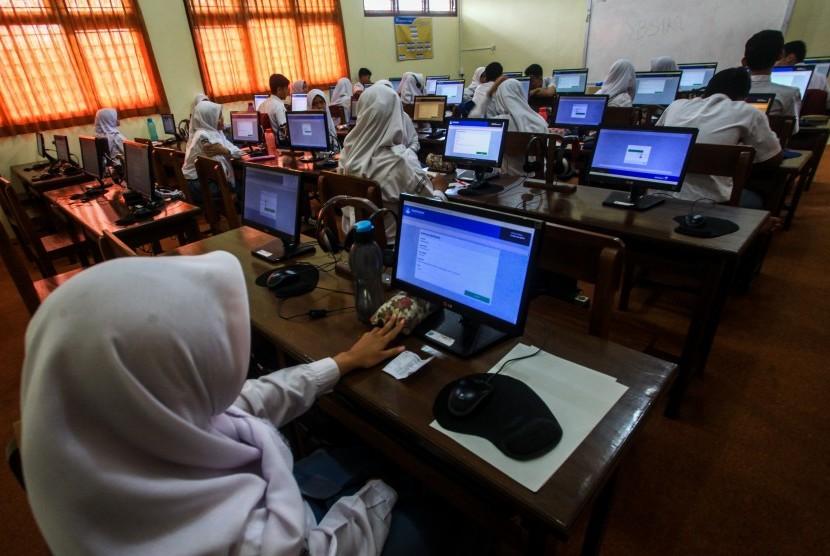 Sejumlah pelajar bersiap mengerjakan soal ujian saat gladi bersih Ujian Nasional Berbasis Komputer (UNBK) 2019 di SMA N 1 Pakem, Sleman, DI Yogyakarta, Selasa (12/03/2019).