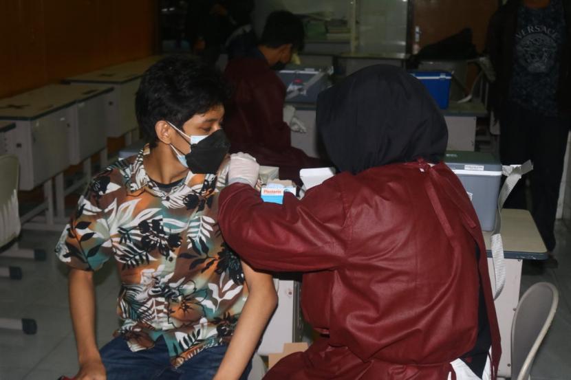 Sejumlah pelajar mengikuti kegiatan vaksinasi Covid-19 di SMAN 2 Kota Malang, Rabu (4/8).