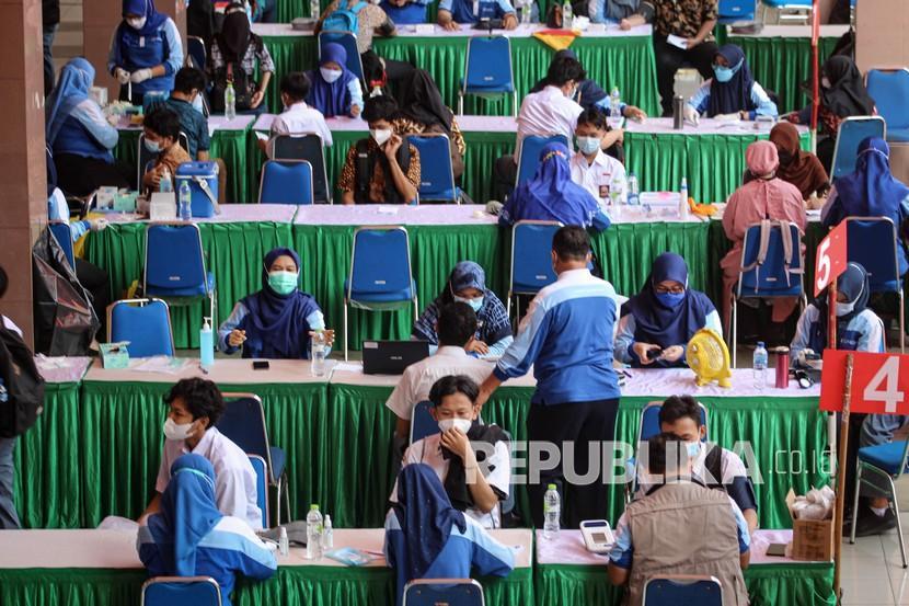 Sejumlah pelajar mengikuti vaksinasi massal bagi peserta didik di Gedung Pemerintah Kota Tangerang, Banten, Kamis (2/9/2021). Menurut data Satgas COVID-19 per 31 Agustus 2021, sebanyak 1,9 juta tenaga pendidik dan 1,7 juta anak usia 12-17 tahun yang tergolong usia pelajar mendapatkan vaksin penuh sebagai upaya pemerintah dalam penyelenggaraan pembelajaran tatap muka (PTM) di tengah pandemi COVID-19.
