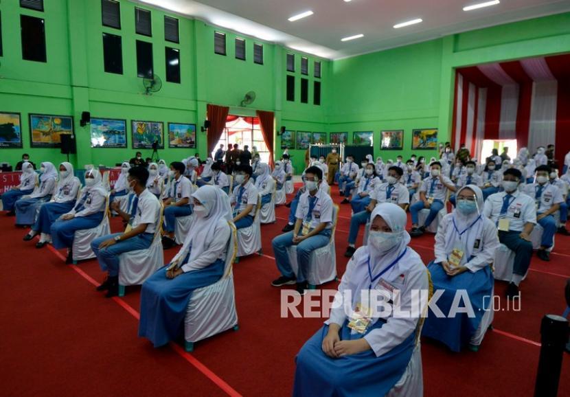 Sejumlah pelajar menunggu giliran untuk divaksin COVID-19 saat vaksinasi massal bagi peserta didik di Gedung Serba Guna (GSG) Sekolah Menengah Atas (SMA) Negeri 2 Bandar Lampung, Lampung, Kamis (2/9/2021). Sebanyak 400 orang pelajar SMA Negeri 2 mendapatkan vaksin dosis pertama sebagai upaya pemerintah dalam penyelenggaraan pembelajaran tatap muka (PTM) di tengah pandemi COVID-19.