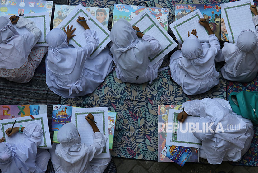 Sejumlah pelajar SD Muhammadiyah 8 Surabaya menulis ayat-ayat Alquran dengan teknik 'follow the line' saat Darul Arqom di SD Muhammadiyah 8 Surabaya, Jawa Timur, Rabu (30/5).