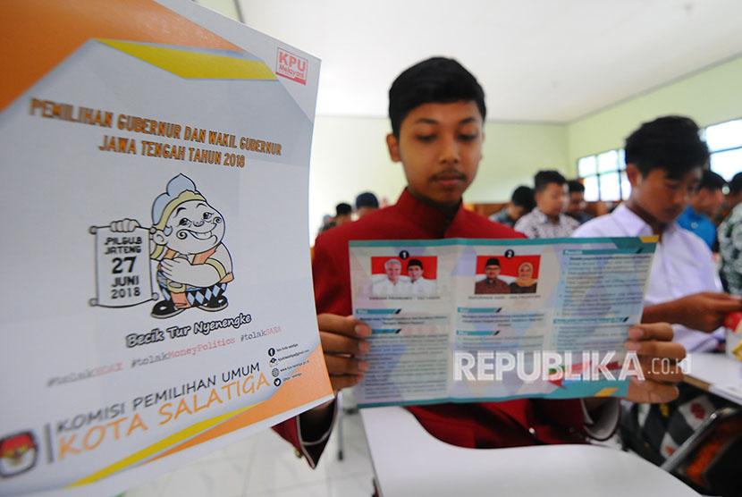 Sejumlah pelajar SMA membaca visi dan misi calon gubernur Jawa Tengah saat kegiatan Sosialisasi Pemilih Pemula Pilkada Jateng 2018 di SMA N 2 Salatiga, Jawa Tengah, Senin (23/4).