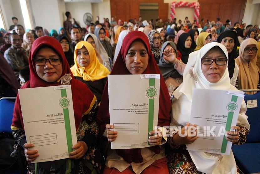 Sejumlah pelaku Industri Kecil Menengah (IKM) menunjukan sertifikat halal di Kantor Walikota Depok, Jawa Barat, Kamis (31/1/19).