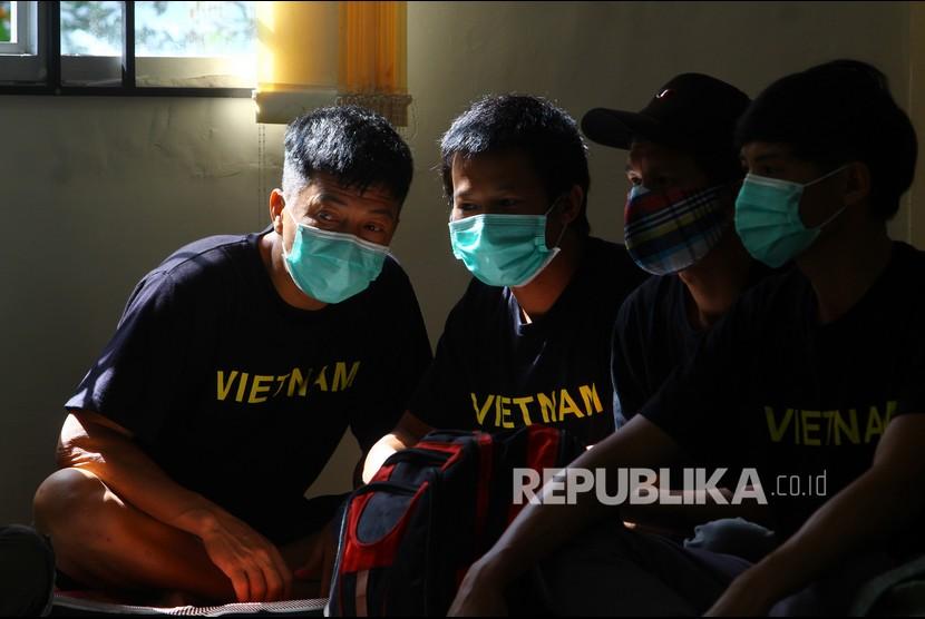 Sejumlah pelaku penangkapan ikan ilegal berkewarganegaraan Vietnam beristirahat di aula Kantor Imigrasi Kelas I TPI Pontianak di Pontianak, Kalimantan Barat, Sabtu (19/6/2021). Kantor Imigrasi Kelas I TPI Pontianak akan mendeportasi 24 pelaku pencurian ikan ilegal asal Vietnam pada Minggu (20/6/2021).