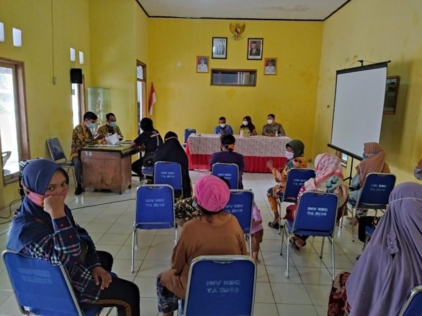 Sejumlah pelaku UMKM menerima melakukan akad kredit untuk menerima program Kruw-Cil.