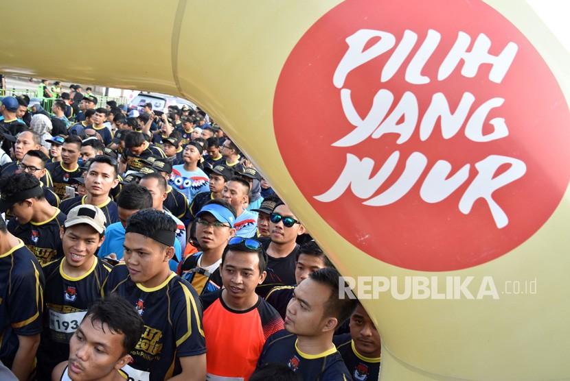 Sejumlah pelari bersiap berlari dalam lomba lari Pemilu Run 2019 di parkir timur kompleks Stadion Utama Gelora Bung Karno (SUGBK), Senayan, Jakarta, Ahad (7/4/2019).