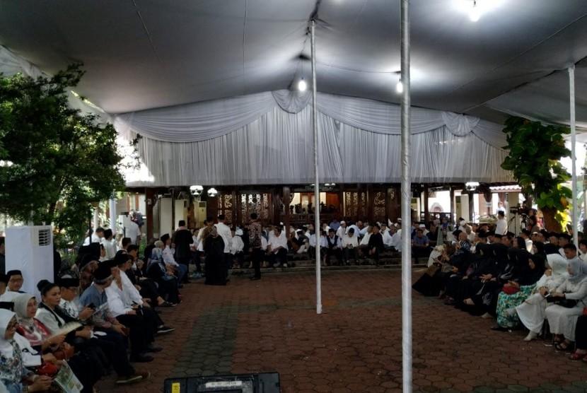 Sejumlah pelayat telah memadati kediaman Presiden RI ke-6 Susilo Bambang Yudhoyono (SBY) di Puri Cikeas, Cikeas, Bogor, Jawa Barat, Ahad (2/6) jelang pemakaman istri SBY, Kristiani Herrawati (Ani Yudhoyono).