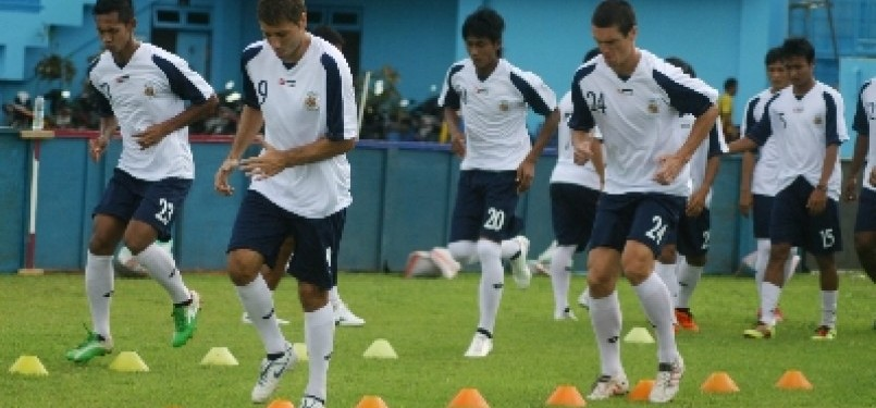 Sejumlah pemain Arema Indonesia melakukan pemanasan saat latihan coba lapangan di Stadion Kanjuruhan, Malang, Jawa Timur.