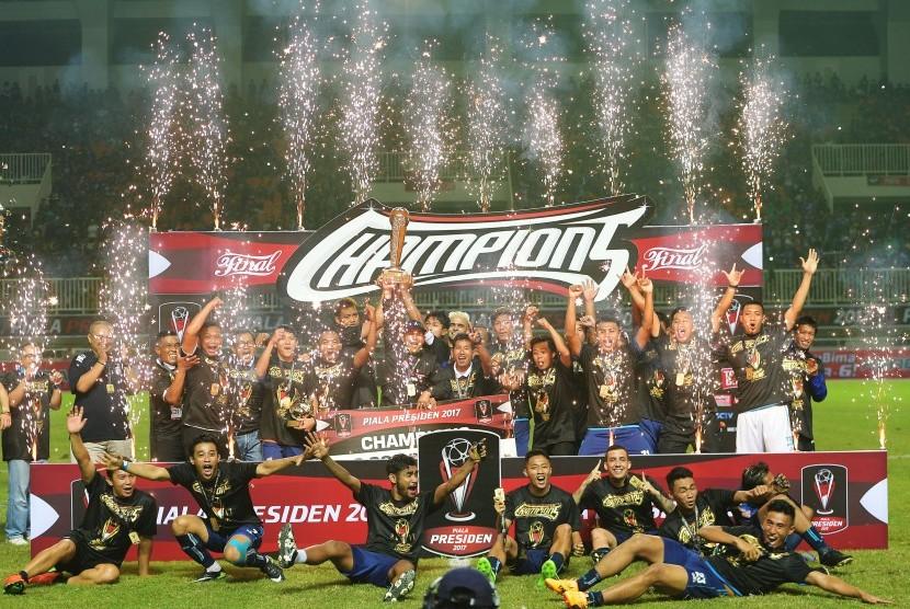 Sejumlah pemain dan petugas pendukung klub sepak bola Arema FC melakukan selebrasi kemenangan saat menjuarai Piala Presiden 2017 di Stadion Pakansari, Cibinong, Jawa Barat, Minggu (12/3).
