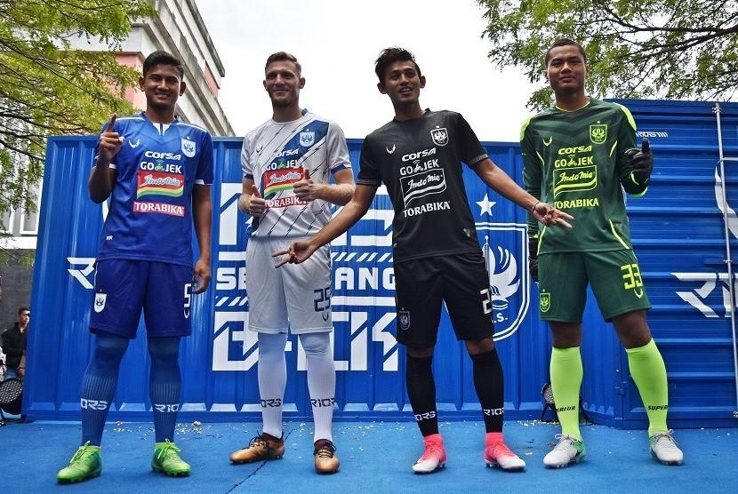 Sejumlah pemain klub sepakbola PSIS Semarang, antara lain Haudi Abdillah (paling kiri), pemain asal Serbia, Petar Planic (kedua kiri), Hari Nur Yulianto (kedua kanan), dan kiper Aji Bayu Putra mengenakan jersi terbaru tim mereka dalam acara peluncuran di Semarang, Jawa Tengah, Sabtu (17/3).