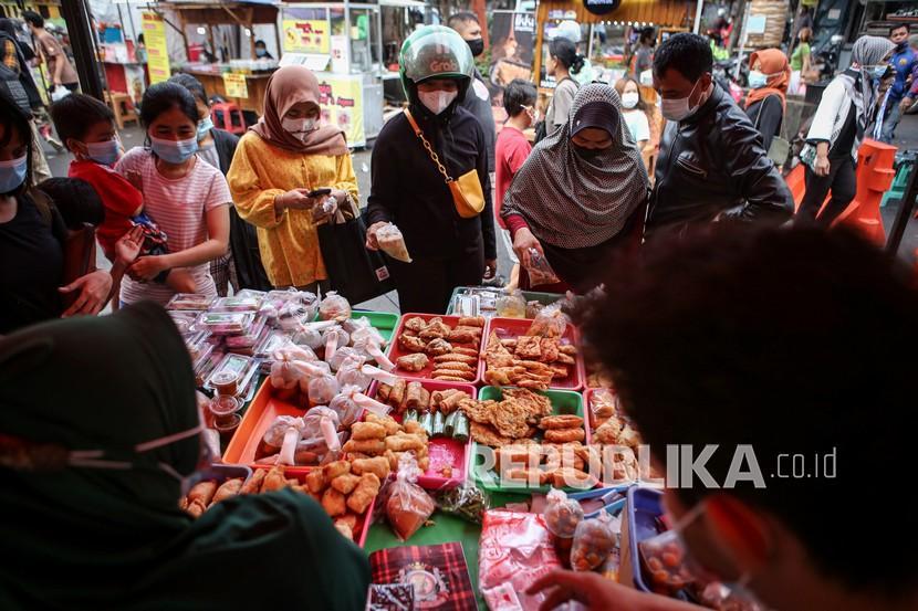Sejumlah pembeli memilih makanan untuk berbuka puasa (takjil).
