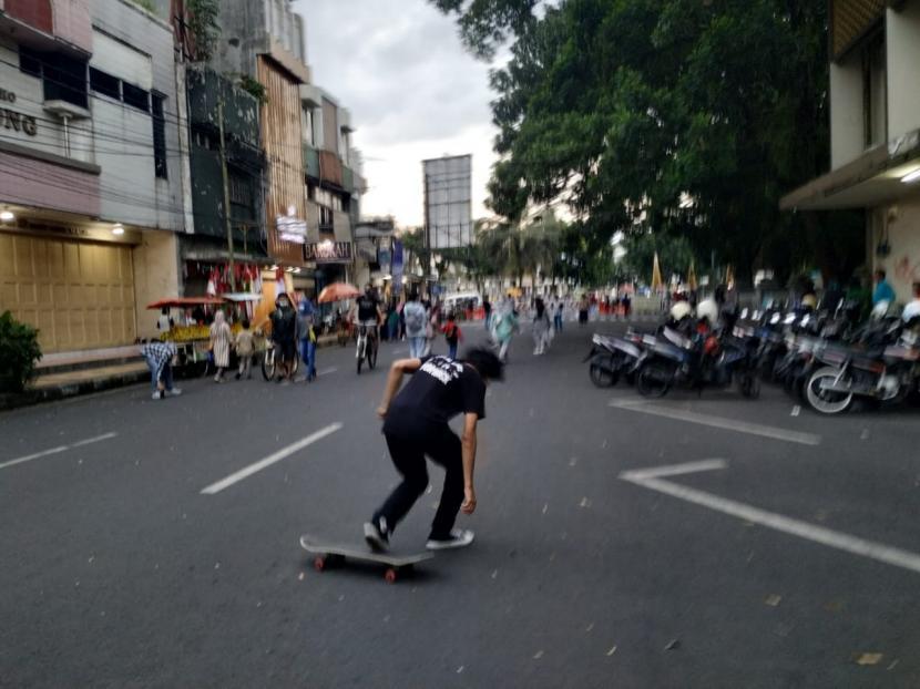 Sejumlah pemuda bermain skateboard di Jalan KH Z Mustofa, Kota Tasikmalaya, Ahad (9/5/2021).
