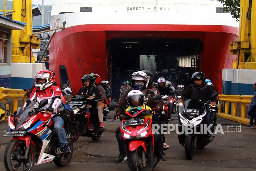 Sejumlah pemudik bersepeda motor dari Pulau Sumatera meninggalkan kapal roro di Pelabuhan Merak, Banten, Ahad (9/6/2019).