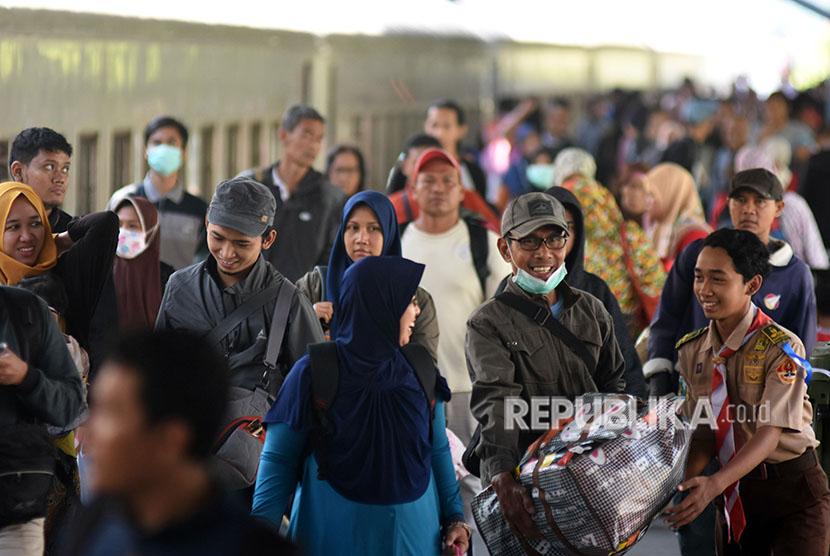 Sejumlah pemudik dengan menggunakan kereta api Sri Tanjung tiba di Stasiun Gubeng Surabaya, Jawa Timur, Selasa (12/6).