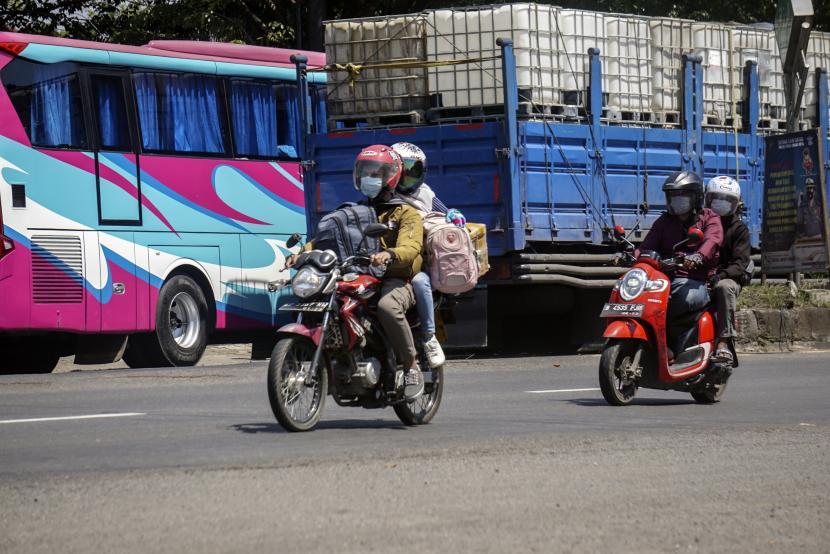 Sejumlah pemudik sepeda motor melintas di jalur Pantura Pekalongan, Jawa Tengah, Selasa (11/5/2021).