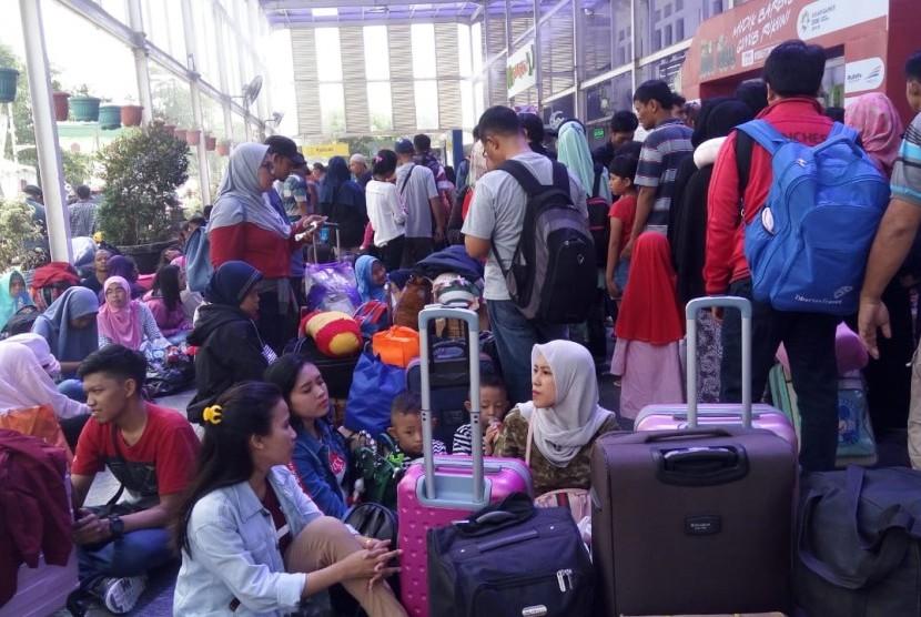 Sejumlah pemudik tengah menunggu keberangkatan di Stasiun Kereta Api Pasar Senen, Jakarta, Rabu (13/6).