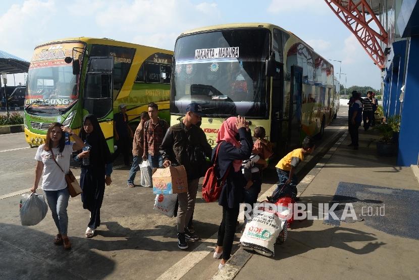 Sejumlah pemudik tiba di Terminal Pulo Gebang