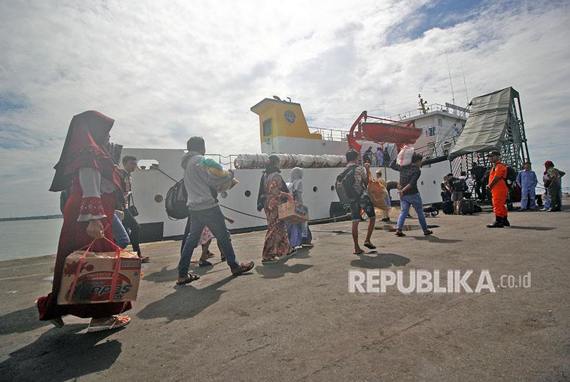 Sejumlah pemudik tujuan Masalembo berjalan menuju kapal KM Sabuk Nusantara 56 di Pelabuhan Tanjung Perak, Surabaya, Jawa Timur, Kamis (21/6).