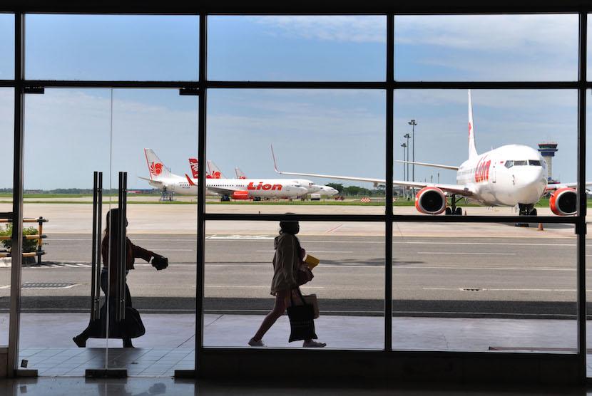 Sejumlah penumpang  tiba di kedatangan Internasional Bandara Kualanamu Kabupaten Deliserdang, Sumatera Utara. ilustrasi.