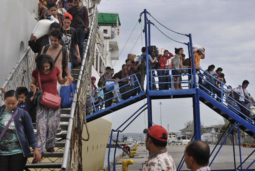 Sejumlah pemudik yang datang dari kawasan timur Indonesia, turun dari kapal feri ketika arus balik Idul Fitri 1435 H di Pelabuhan Benoa, Denpasar, Jumat (1/8). (Antara/Nyoman Budhiana)