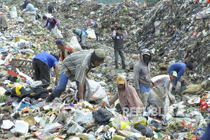 Sejumlah pemulung mencari sampah plastik